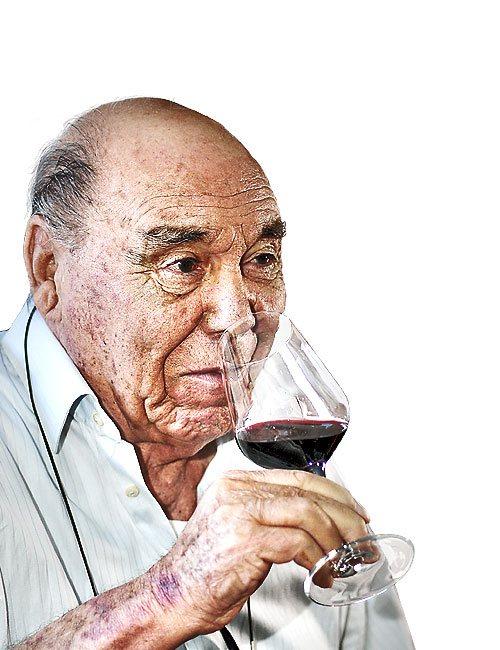 Billia Cherchi degusta uno dei suoi vini
